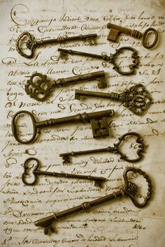 Love old keys! --Old keys framed on an old letter. Maybe put in a shadow box or find a bunch of old keys and do something original with them. Antique Keys, Vintage Keys, Vintage Love, Antique Safe, Antique Hardware, Vintage Paper, Vintage Decor, Vintage Books, Under Lock And Key