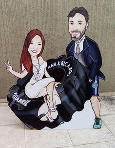 Totem para festas e eventos. Esse foi a caricatura do casal para a festa de casamento ! Joker, Fictional Characters, Art, Wedding Boutonniere, Stationery Store, Couple, Caricature, Kunst, The Joker