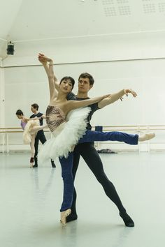 William Bracewell and Akane Takada in rehearsal for Swan Lake, The Royal Ballet © 2018 ROH. Photograph by Bill Cooper Male Ballet Dancers, Ballet Poses, Ballet Art, Dance Poses, Ballet Workout Clothes, Ballet Clothes, Contemporary Dance, Modern Dance, Ballet Couple