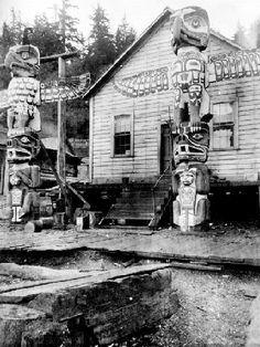 Northwest Coast groups were divided into basic social units: extended families… Arte Haida, Haida Art, Native American Totem, Native American Indians, Native Americans, Haida Gwaii, Into The West, Tlingit, Indigenous Art