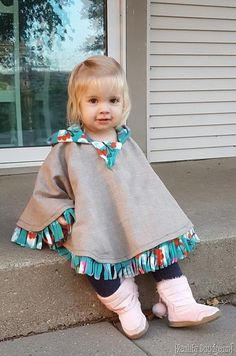 THE BEST Car Seat Poncho Tutorial - Fleece-lined! {Reality Daydream} Hooded fleece-lined circle poncho for little girls. perfect for a toddler jacket or winter coat! Toddler Poncho, Girls Poncho, Baby Poncho, Blanket Poncho, Fleece Projects, Baby Sewing Projects, Sewing For Kids, Sewing Diy, Fleece Poncho