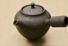 ちょっと前に制作中を紹介した急須が焼け上がりました。たぶん最後に横手の急須を作ったのは12年くらい前かも。僕が陶芸始めてからまだ14年ほどしか経っていない... Teapots Unique, Blog Logo, Raku Pottery, Japanese Pottery, Plates And Bowls, Tea Ceremony, Ceramic Clay, Wabi Sabi, House Warming
