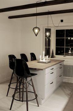 bild på köket efter renovering, kök 2013, dödens lampor, köksö, hth kök, grått kök, vitt och grått kök, före och efter renovering