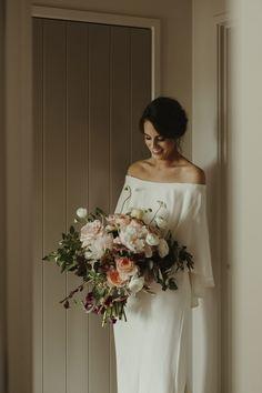 Un mariage fleuri à Auckland - la mariee aux pieds nus Auckland, Dress Meaning, Make Color, Wedding Bouquets, Bridal Dresses, Real Weddings, Off The Shoulder, Strapless Dress, Backless