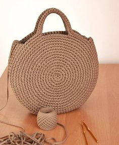 Crochet or crochet round woven bag.-Bolsa tejida en redondo en ganchillo o crochet. Crochet or crochet round woven bag. Crochet Handbags, Crochet Purses, Crochet Bags, Purse Patterns, Crochet Patterns, Knitting Patterns, Diy Sac, Crochet Diy, Crochet Ideas