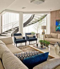 Sala para inspirar {} A escada é o grande destaque e ponto focal do ambiente { Projeto Espaço do Traço Arquitetura } . #homeDecor #projetos #decoração #interiores #arquitetura #decor #interiordesign #blogalmocodesexta #grupodecordigital #olioliteam