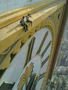 Stupéfiant, Assis à l'aise sur la plus haute horloge du monde - Makkah Clock Tower! #LaMecque #Hajj   #ArabieSaoudite www.francemanassik.net