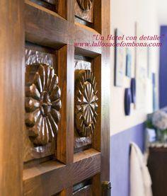 #Puerta  madera #castaño  #tallada  de #entrada de la habitación Superior #Mar del # Hotel La LLosa de Fombona #Faros de Asturias #Luanco #Asturias . Siguenos en www.lallosadefombona.com