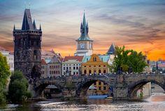 Ponte Charles, em Praga, na República Tcheca. Esta é a mais velha ponte da capital do país, e faz parte do legado do rei Carlos IV, que governou o país no século XIV. Até 1841 era a principal via de acesso entre o Castelo de Praga, a Cidade Velha e os bairros da região.