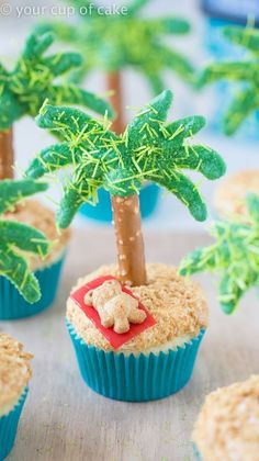 Cute Palm Tree Cupcakes for a show stopper dessert this summer! With a tanning T… Cute Palm Tree Cupcakes for a show stopper dessert this summer! With a tanning Teddy… Cupcakes Design, Cupcake Wars, Cupcake Frosting, Köstliche Desserts, Luau Party Desserts, Summer Treats, Summer Deserts, Savoury Cake, Cupcake Recipes