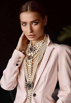 """Un año más la temática de """"mundo marino"""" sigue muy actual, incluyendo entre sus detalles favoritos piezas nacaradas. En joyas y bisutería todo cuenta: pendientes, anillos, pulseras y collares. Pero también como detalle decorativo en las prendas de vestir y accesorios. Muy de moda estarán combinaciones de perlas blancas y oro amarillo o bisutería en tonos dorados Fashion Accessories, Chanel, Brooch, Jewelry, Decorative Accents, Color Combinations, Pearls, Trends, Accessories"""