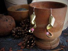 Sospiro golden brass pendant earrings whit pink by ArteNascosta