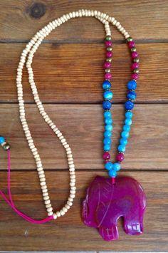 Collar largo con elefante de piedra de ágata, bolas azules de ágata bandada y bolas de madera. Long necklace with agate elephant , blue agate beads and wooden beads