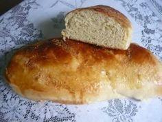 Este pão fica macio, fofinho, leve e delicioso. É ideal para qualquer chá da tarde. Com manteiga então, irresistível!    Mais receitas em: http://www.receitasdemae.com.br/receitas/receita-facil-de-pao/