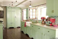 Mint Green - Popular Kitchen Paint and Cabinet Colors - Colorful Kitchen Pictures - House Beautiful Mint Green Kitchen, Green Kitchen Cabinets, Kitchen Cabinet Colors, Kitchen Paint, Kitchen Colors, New Kitchen, Kitchen Decor, Country Kitchen, Room Kitchen