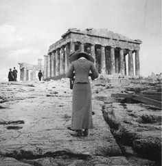 Amateur photographer :: Woman photographing the Parthenon at the Acropolis, Athens, Greece, circa 1900 (probably From the exposition 'Le photographe photographié'. History Of Photography, White Photography, Old Pictures, Old Photos, Vintage Photographs, Vintage Photos, City Ville, Greek History, Athens Greece
