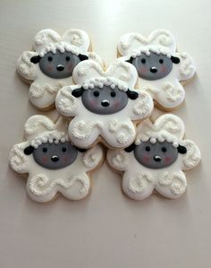 Idea: galletas de ovejitas, hechas con cortador de flor. (Sheep cookie, using a flower cutter)