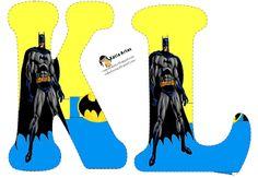 Alfabeto de Batman en fondo amarillo y azul.