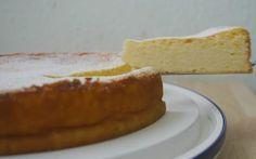 Ingredienti: 250 gr zucchero 1 confezione di vanillina 200 gr burro 6 uova 1 kg di formaggio spalmabile 100 gr amido di mais 1/2 bustina di lievito per dolci  Pangrattato  Preparazione:
