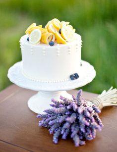Hochzeitstorte mit Lavendel und Zitrone.