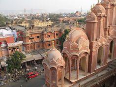 Jaipur es también la capital del estado de Rajastán:  una de las ciudades más antiguas y con más historia de la India. La zona del casco antiguo, es precisamente la que más se destaca por su color rosado salmón, una tonalidad que según la tradición de Rajastán, trae buena fortuna:
