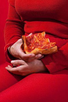"""Red. Scarlet. Crimson red. pizza. Enamorado a niveles exagerados con la última serie llamada """"Wardrobe Snacks"""" hecha por la fotógrafa americana Kelsey McClellan."""