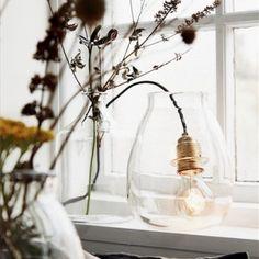 Messingfatning med fin gammeldags 'glødepære' i glaskrukke, 237 kr. Wire Lights, Scandinavian Home, Light, Glass, Modern Rustic Interiors, Rustic Interiors, Eclectic Style, Vase, Glass Lighting