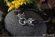 Schwarzes Armband ~ ABRAXAS ~ Drache - Ein sehr schönes, schwarzes Armband mit zwei Drachenköpfen, dieses kannst du ganz einfach durch biegen des Ringes öffnen.  Zu jedem Band geben wir noch einen Gratis Ersatzring mit dazu.  Der Ring sowie die Drachen sind aus Pewter, reinem Zinn ohne Blei und nickelfrei.