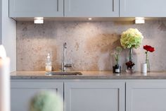 Interior to inspire Home Room Design, Kitchen Interior, Kitchen Inspirations, Kitchen Trends, Kitchen Remodel, Stone Backsplash Kitchen, Kitchen Furniture Design, Home Kitchens, New Kitchen Cabinets