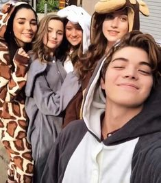 """Annie LeBlanc, Indiana """"Indi"""" Massara, Riley Lewis, Brooke Butler, and Matt Sato are all friends Julianna Grace Leblanc, Hayley Leblanc, Annie Grace, Annie Lablanc, Brooke Butler, Chicken Boy, Annie Leblanc Outfits, Annie And Hayden, Rock Your Hair"""
