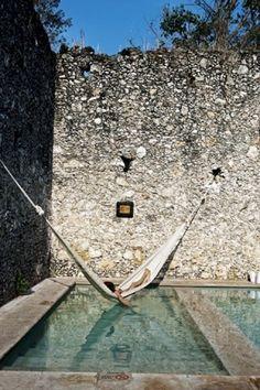Lekker in de hangmat boven de zwemvijver Door Nieuwewoning