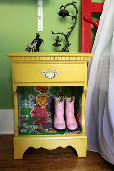 oil cloth shelf liner, re-paint old night stands Furniture Projects, Furniture Making, Furniture Makeover, Diy Furniture, Yellow Nightstand, Nightstand Ideas, Bedside Table Makeover, Interior Paint Colors, Interior Painting