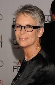 Cette quinquagénaire aux cheveux très courts a opté pour un look naturel. Ses cheveux gris n'ont pas reçu de coloration, mais rehaussent son teint plutôt foncé. Quant à ses lunettes noires, elles lui donnent beaucoup de caractère.