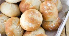 Perinteiset vehnäsämpylät valmistuvat helposti vaivaamalla kaikki sämpylöiden ainekset keskenään kulhossa yhdellä kertaa. Kostea uuni takaa hyvän paistotuloksen. Freshly baked dinner rolls with the best dinner roll recipe.