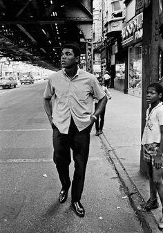 Auch Muhammad Ali wurde von Höpker abseits des Boxrings fotografiert – in einer Zeit, in der Ali zum Islam konvertierte und den Kriegsdienst in Vietnam verweigerte. (1966)