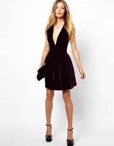 Короткое платье из бархата с коротким декольте