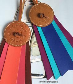 Détails de cuir d'exception... Les objets Hermes sont d'une telle beauté que c'est un véritable plaisir de les photographier. Ils ressortent de leur boîte le temps d'un cliché. #hermes #hermescharm #hermescharms #hermesbagcharm #hermesaddict