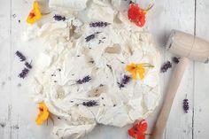 Wow, citroen pavlova met lavendel siroop is een zoet en mooi dessert dat wordt geserveerd met eetbare bloemen. Krokant van buiten en zacht van binnen, mm!