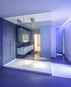 Bagno di grande dimensioni nello stile minimal moderno. Il box doccia è il punto focale dello spazio
