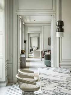 a majestic space in Paris, Joseph Dirand let his imagination run wild, without parameters (not even livability).In a majestic space in Paris, Joseph Dirand let his imagination run wild, without parameters (not even livability). French Interior, Classic Interior, Brown Interior, Nordic Interior, Interior Trim, Minimalist Interior, Interior Doors, Bathroom Interior, Modern Minimalist