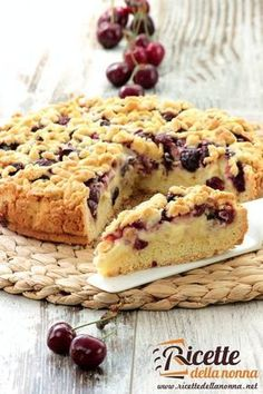 Crumbled Tart with Cream,mascarpone cheese and Cherries.This cake is inspired by the famous Sbrisolona Valance . Italian Cake, Italian Desserts, Just Desserts, Swiss Recipes, Cookie Recipes, Dessert Recipes, Birthday Desserts, Strawberry Desserts, Bakery Cakes