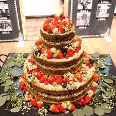 流行りの#ネイキッドケーキ にもお花を散らしてナチュラルで可愛いらしく  #ヴィラデマリアージュ #ヴィラデマリアージュ軽井澤 #ヴィラマリ #軽井沢…