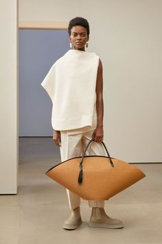 Jil Sander Pre-Fall 2019 Collection - Vogue The complete Jil Sander Pre-Fall 2019 fashion show now on Vogue Runway. Fashion Mode, Fashion Week, Look Fashion, Trendy Fashion, High Fashion, Autumn Fashion, Fashion Outfits, Fashion Design, Fashion Trends