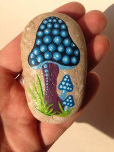 waldpilze auf steinen malen mit blauen punkten