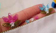 Sevgili hanımlar yine çok çok zarif kelebek çiçeğe kondu iğne oyası modeli yapımını yayınlıyorum. Minik pır ppır çiçekler arasında rengarenk uçuşan kelebekler görüntüsünde çok güzel bir model olmuş. Çeyizlik yazma ve yemeniler için yapılabilecek en güzel iğne oyalarından biri bence. Marifetli eller kanalı yapılışını