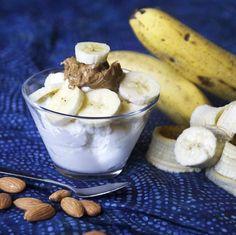 Yogur griego de plátano y crujiente de almendra   21 Snacks altos en proteínas que puedes tomar mientras comes sano