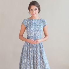 Hübsche Kleid ist handgefertigt, mit einem schönen blauen und weißen Blumen Stoff, 100 % Baumwolle. Das Kleid hat schmeichelhaft, zeitlose Vintage Form mit einem eng anliegendem Oberteil, kurzen Ärmeln und Faltenrock. Verdeckter Reißverschluss auf der Rückseite.  Alle Kleidungsstücke sind handgefertigt in Manchester und rund um 4-5 Werktage zu machen.  Erhältlich in den Größen:  UK 8-26.5 Taille 34 Brust UK 10-27.5 Taille 35 Brust UK 12-29 Taille 37 Brust UK 14-31 Taille 39 Brust UK 16-33…