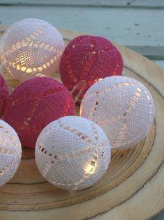 Best 12 Virkatut valopallot on kovettettu liima-vesiseoksella ilmapallon pääll Crochet Ball, Crochet Home, Crochet Motif, Knit Crochet, Crochet Ornaments, Xmas Ornaments, Christmas Baubles, Christmas Bells, Knitting Patterns