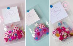 Idée petits cadeaux pour les invités : nécessaire pour créer un joli bracelet, ... dans un petit sachet transparent fermé par un joli ruban.