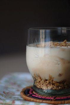 Yogur de turrón de Xixona (con yogurtera) – Bocados Divinos Ingredientes: 1 litro de leche desnatada 1 tableta de turrón de Xixona 1 yogur natural (de los de cristal) 5-6 cucharadas de azúcar 3 cucharadas de leche en polvo Triturar el turrón con la leche en la batidora. Mezclar todo y 10 hs. en la yogurtera. Para decorar un poco de turrón y miel!! :) Turon, Flan, Mousse, Glass Of Milk, Whole Food Recipes, Panna Cotta, Food And Drink, Butter, Pudding